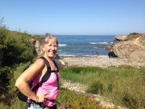 Foto av Maria med ryggsäck på väg längs vandringsleden